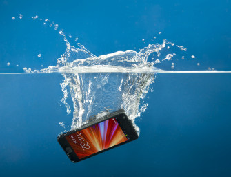 Știai că telefonul tău are un indicator de contact cu apa? Vezi unde se află